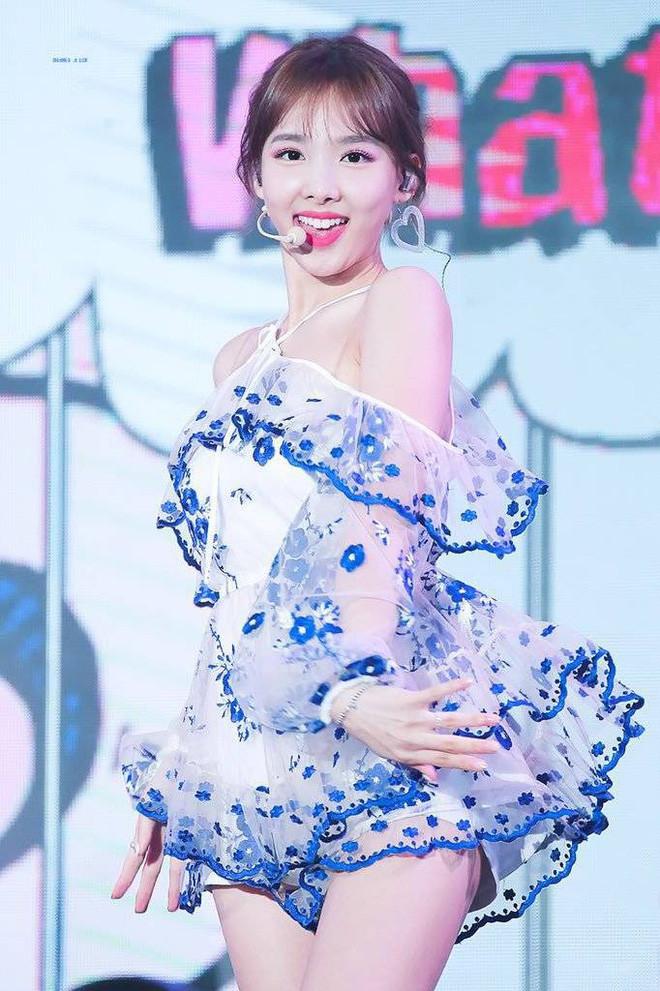 Nayeon (Twice) xuất hiện đẹp tựa thần tiên tỷ tỷ nhưng CĐM chỉ chú ý đến một điểm