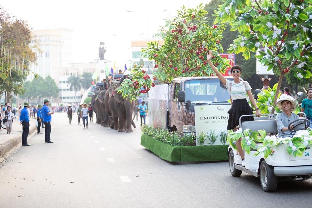 Quên xe công nông đi, Hoa hậu HHen Niê chơi lớn diễu hành với đoàn voi đây này