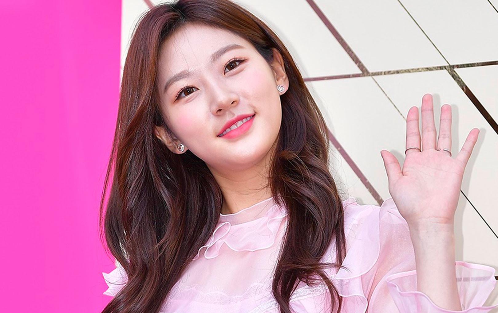 Sao nhí đình đám Kim Sae Ron khoe nhan sắc xinh đẹp, chân dài thẳng tắp ở tuổi 18