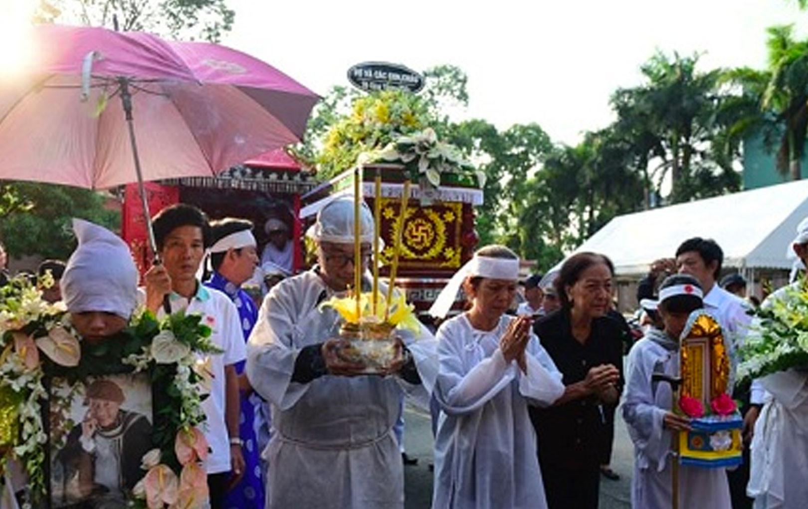 CẬP NHẬT: Linh cữu cố nghệ sĩ Lê Bình được đưa đi hỏa táng trong vô vàn tiếc thương