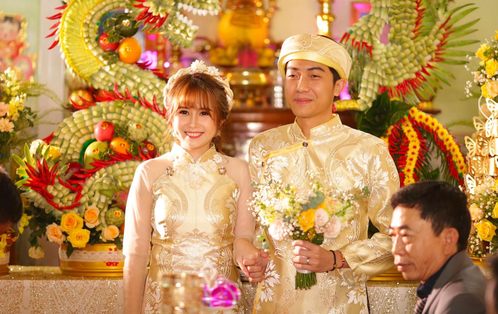 'Nhọ' như Cris Phan: Đăng ảnh cưới tình cảm, toàn bị BB Trần, Huy Cung vô hỏi 'Ủa không chơi 3D nữa hả anh?'