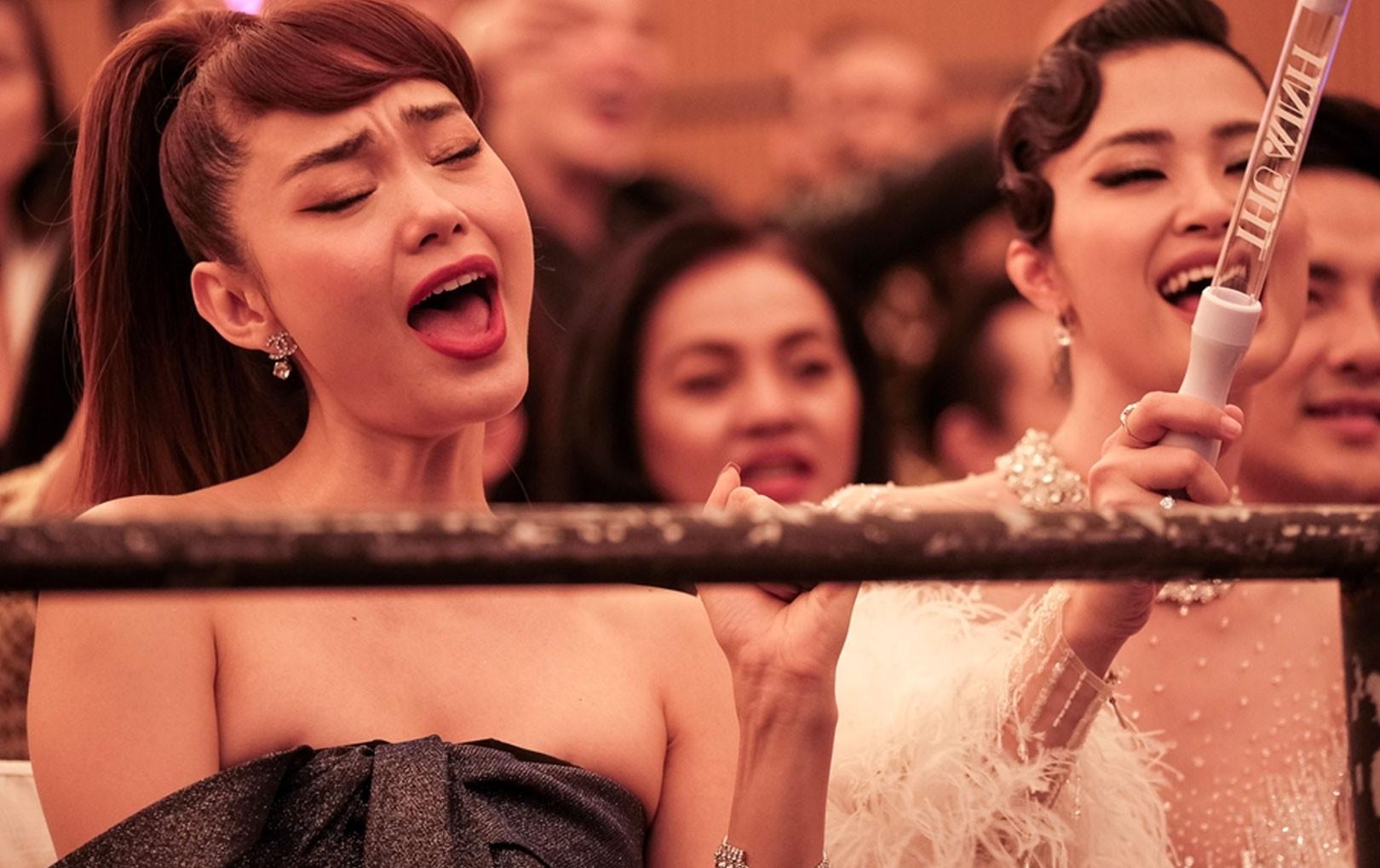 Đang quẩy nhạc cực sung bỗng nhận ra mình ngồi ngay hàng đầu, đây là cách Đông Nhi và Minh Hằng chữa thẹn cực đáng yêu