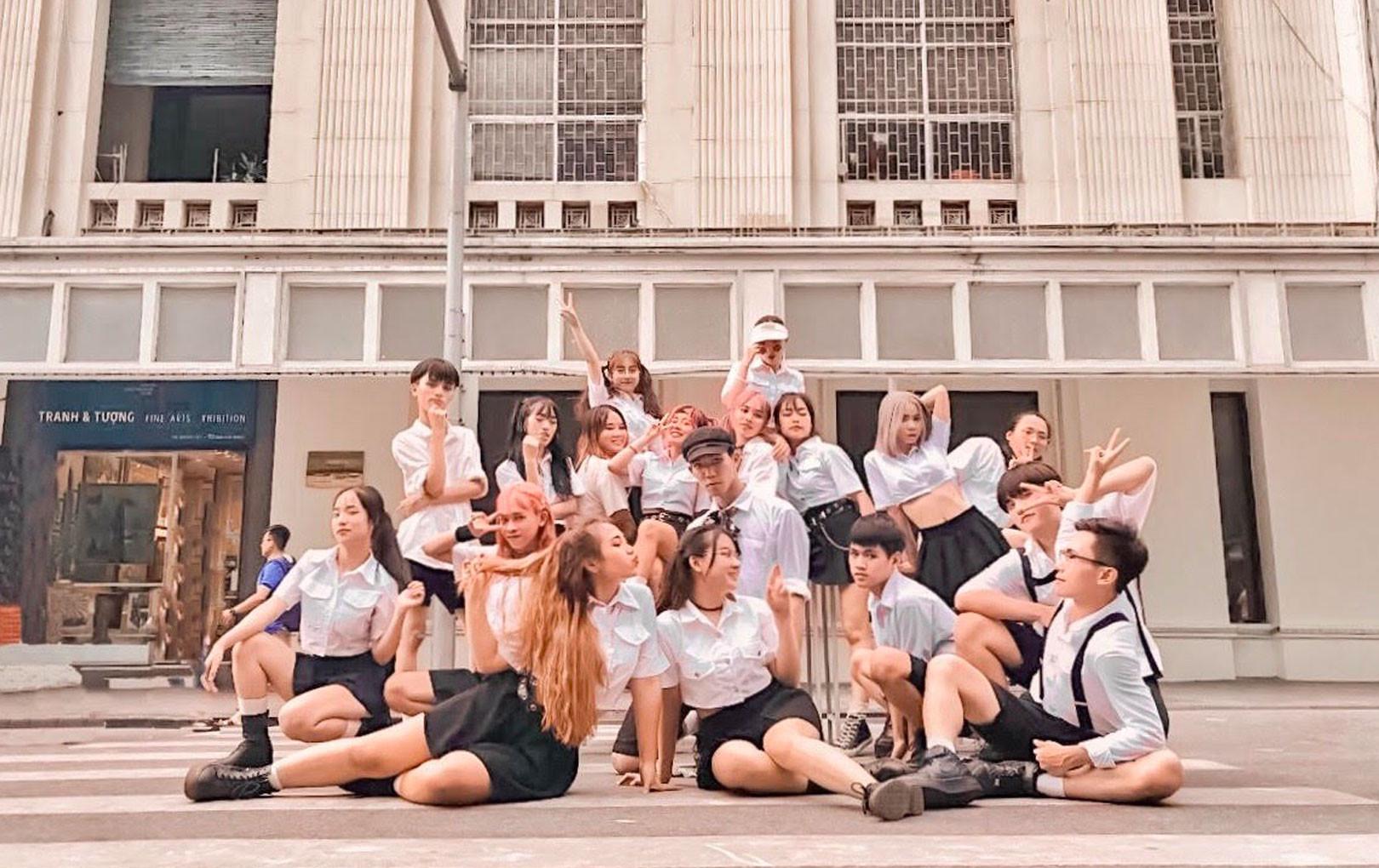 """Dance cover """"Hãy trao cho anh"""" quá chất, nhóm nhảy của ĐH Thương mại được Sky nhận xét xuất sắc không kém Sơn Tùng"""