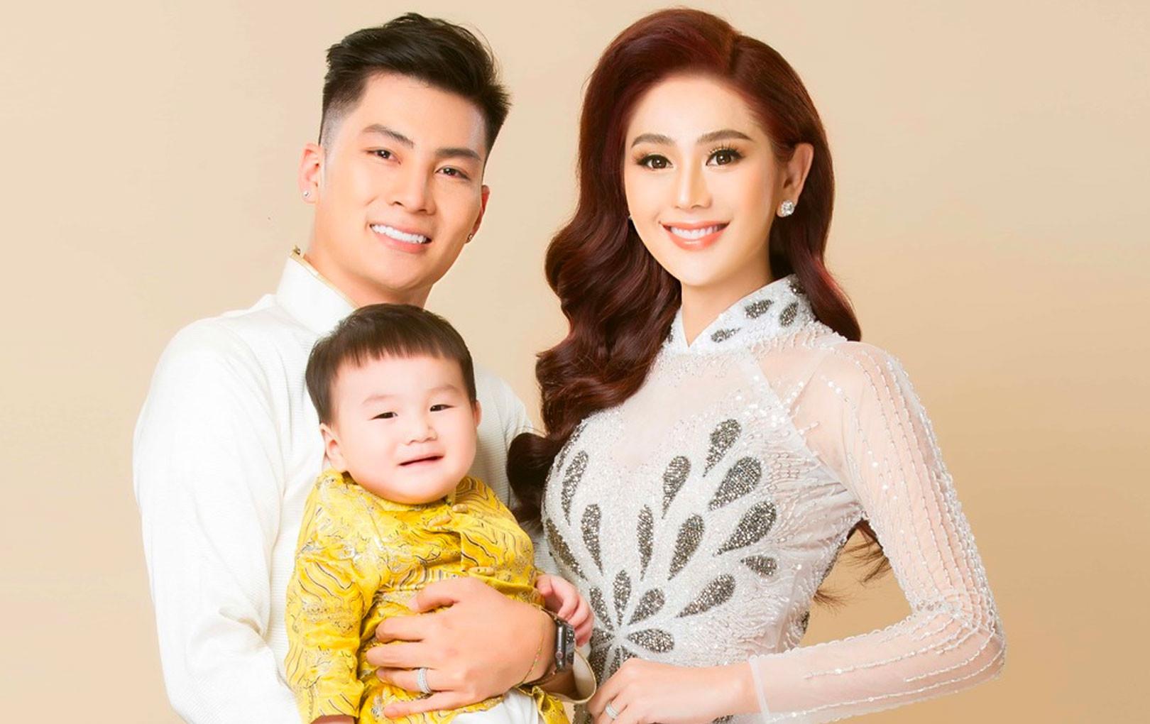 """Quý tử nhà """"công chúa"""" Lâm Khánh Chi khoe vẻ đáng yêu khi chụp ảnh cùng bố mẹ khiến CĐM tan chảy"""