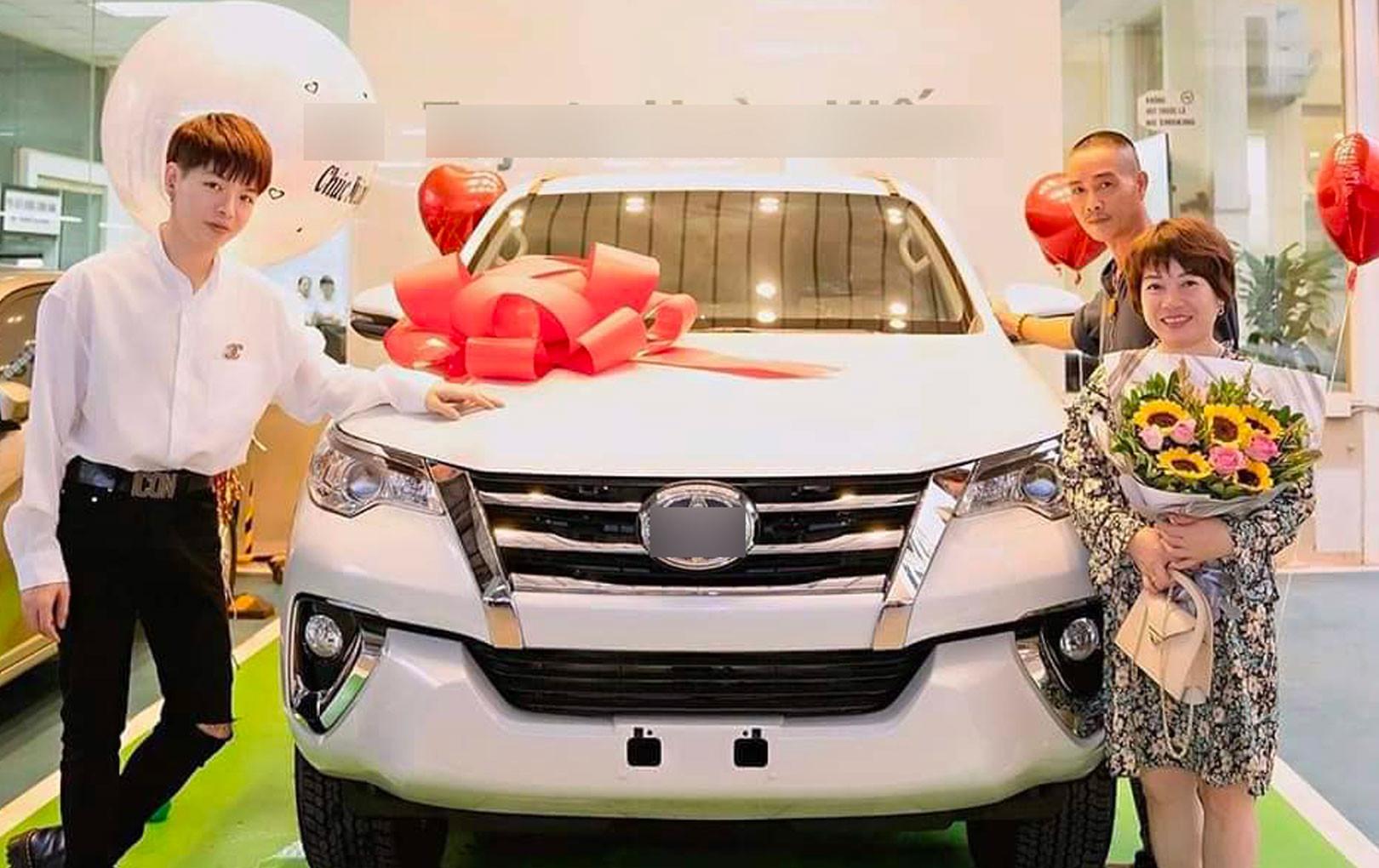 """Đức Phúc chi tiền tỷ """"tậu"""" xe hơi tặng cho bố mẹ khiến CĐM trầm trồ ngưỡng mộ"""