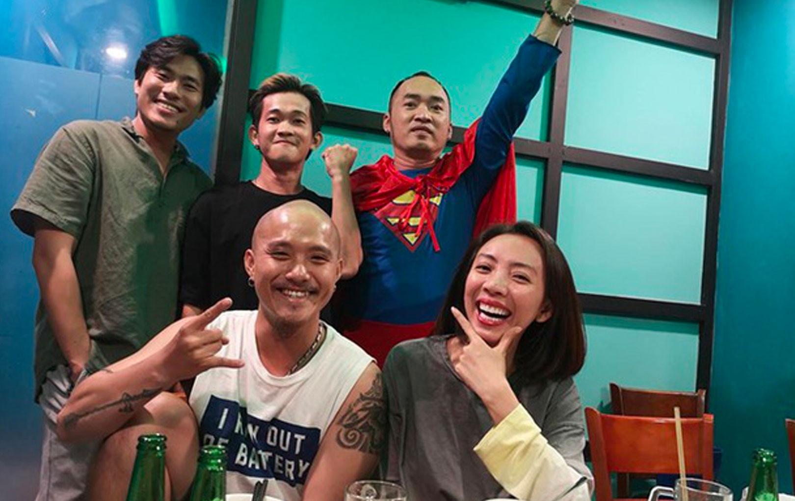 Vợ chồng Thu Trang - Tiến Luật cùng dàn sao Vbiz tự hào khi đội tuyển Việt Nam thắng Indo ở vòng loại World Cup