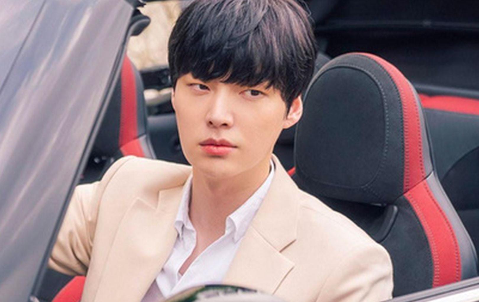 """Cuối cùng Ahn Jae Hyun cũng lộ tạo hình """"tổng tài"""" điển trai ngất ngưởng ở phim mới"""