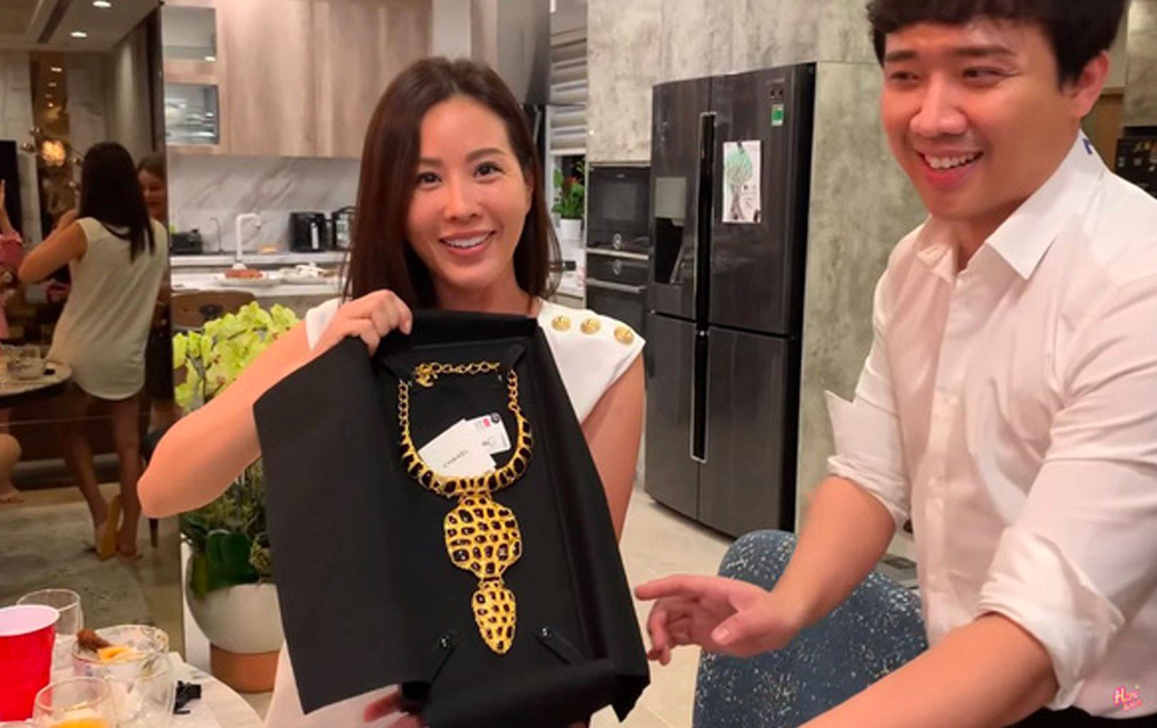 Sinh nhật hoa hậu Thu Hoài được Trấn Thành tặng vòng cổ 73 triệu nhưng thái độ Hari Won mới gây chú ý