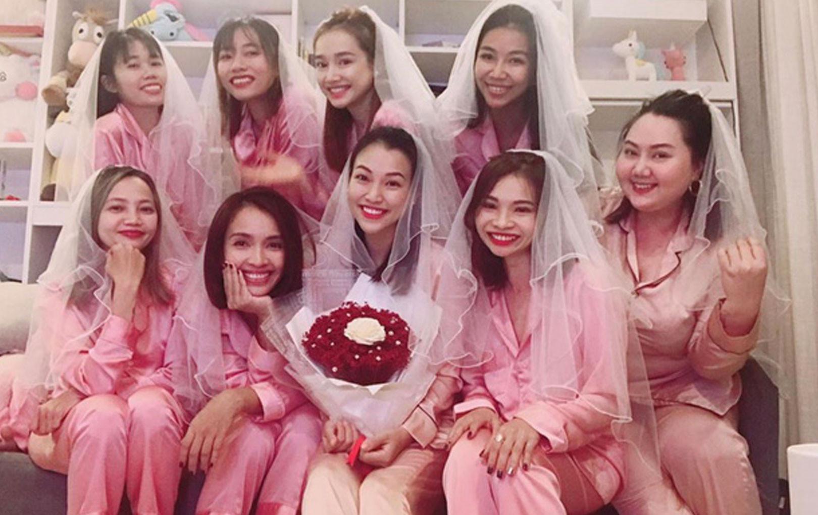 """Sắp trở thành """"vợ người ta"""", Hoàng Oanh tranh thủ tụ tập làm tiệc chia tay độc thân với Nhã Phương và hội chị em"""