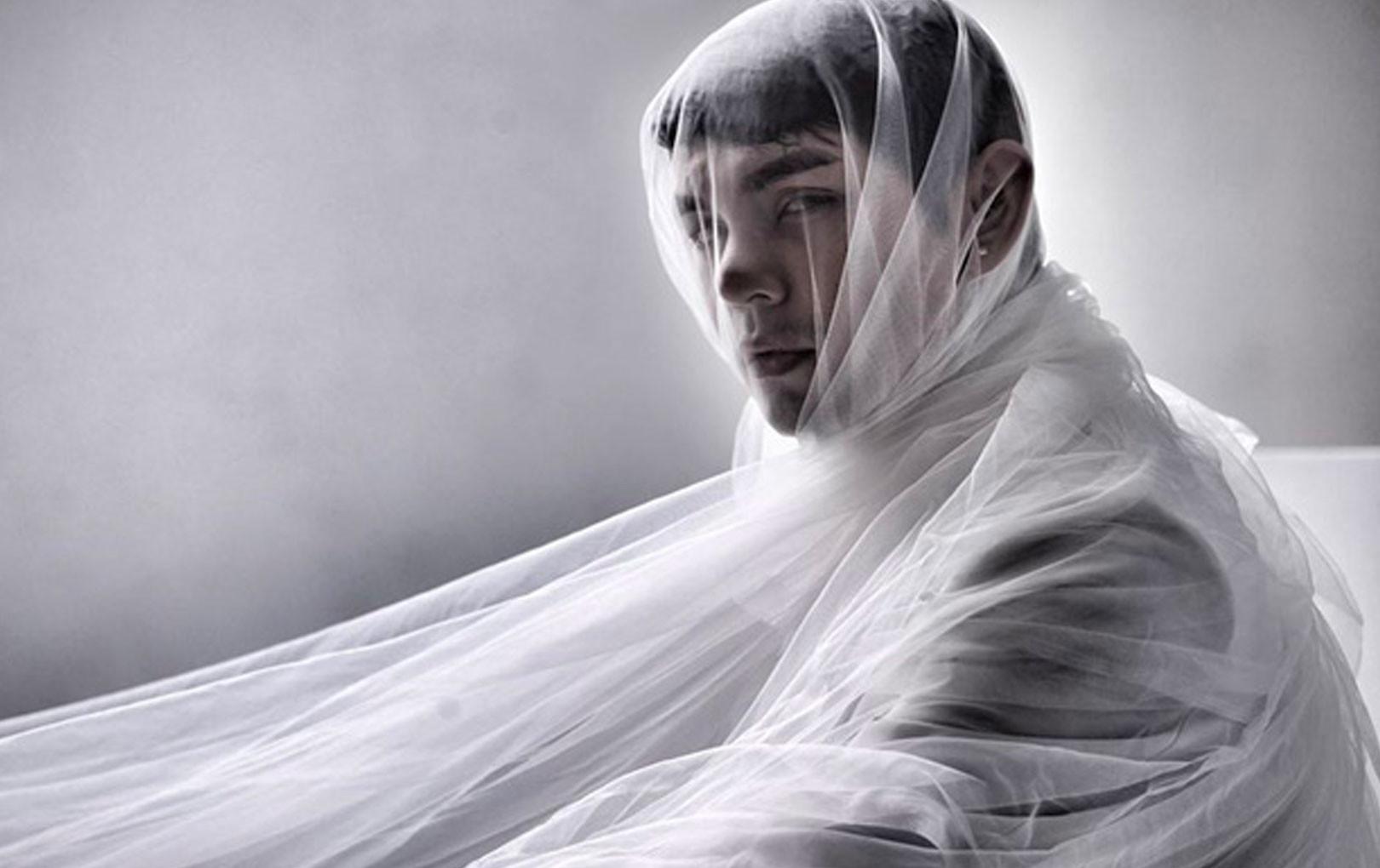 Sơn Ngọc Minh đăng ảnh đơn sắc chia sẻ về cái chết, bệnh trầm cảm sau loạt ồn ào tố Erik bạc tình