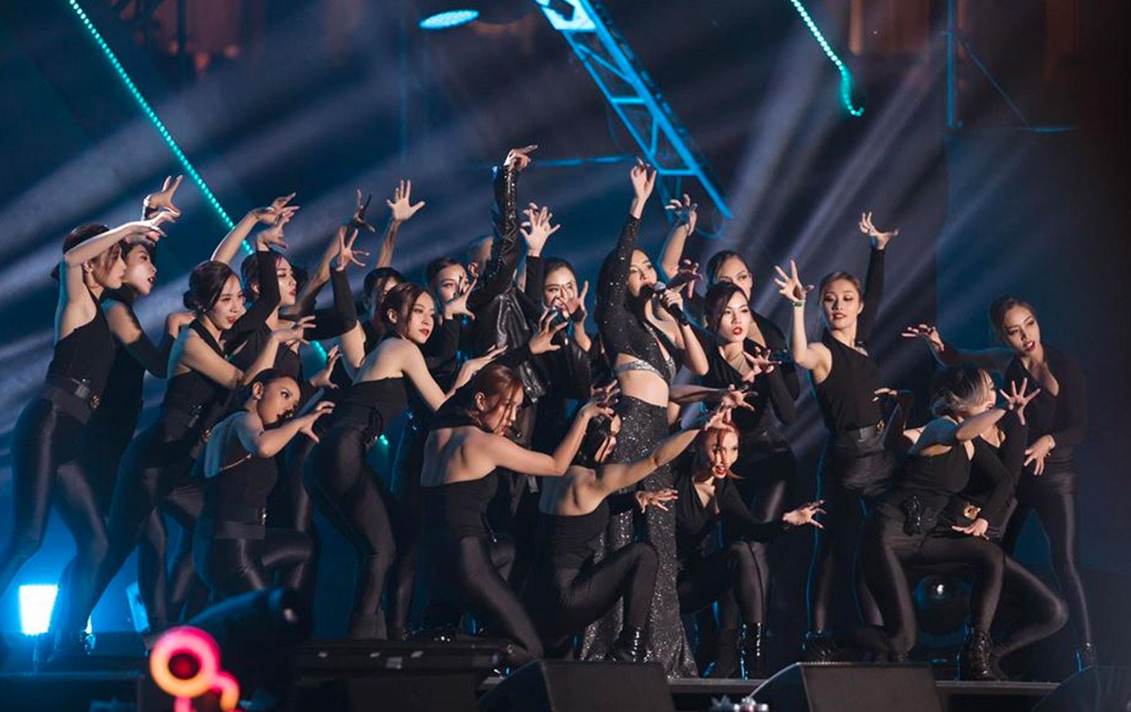 Phản ứng hài hước của Bích Phương bị BTC ghi sai tên bài hát khi tham dự AAA 2019
