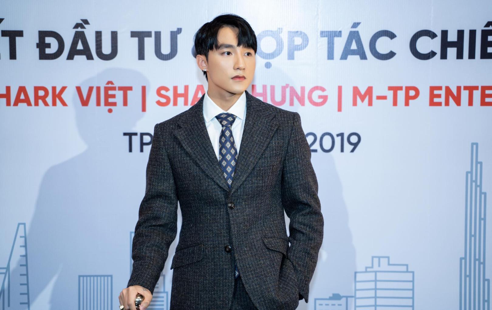 Sơn Tùng M-TP xuất hiện cực ngầu tại buổi ký kết hợp đồng đầu tư cho startup