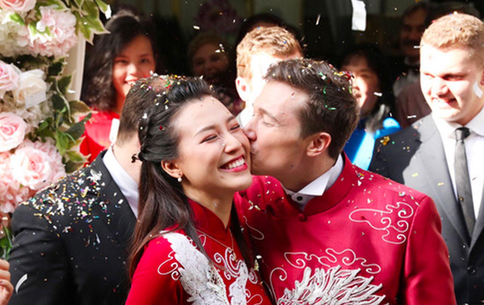 Cô dâu Hoàng Oanh hạnh phúc bên chồng Tây, liên tục khoá môi nhau ngọt ngào trong lễ rước dâu