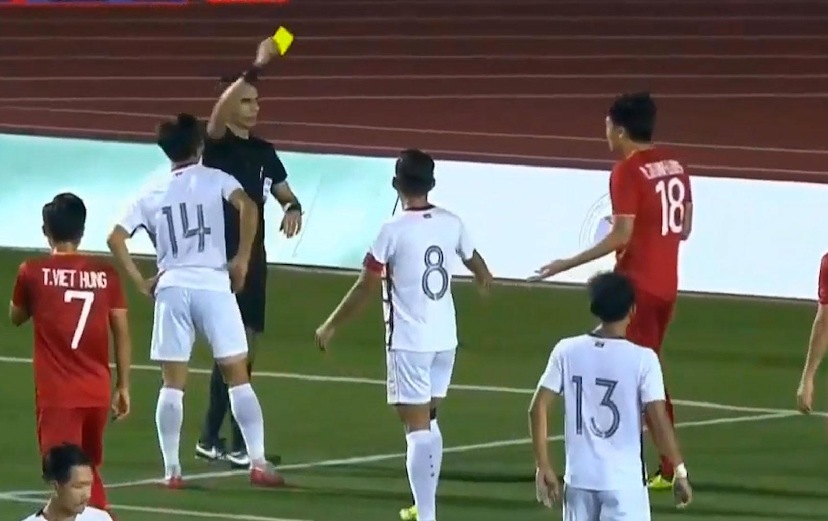 Thành Chung bị cầu thủ gốc Việt của Campuchia đấm thẳng mặt