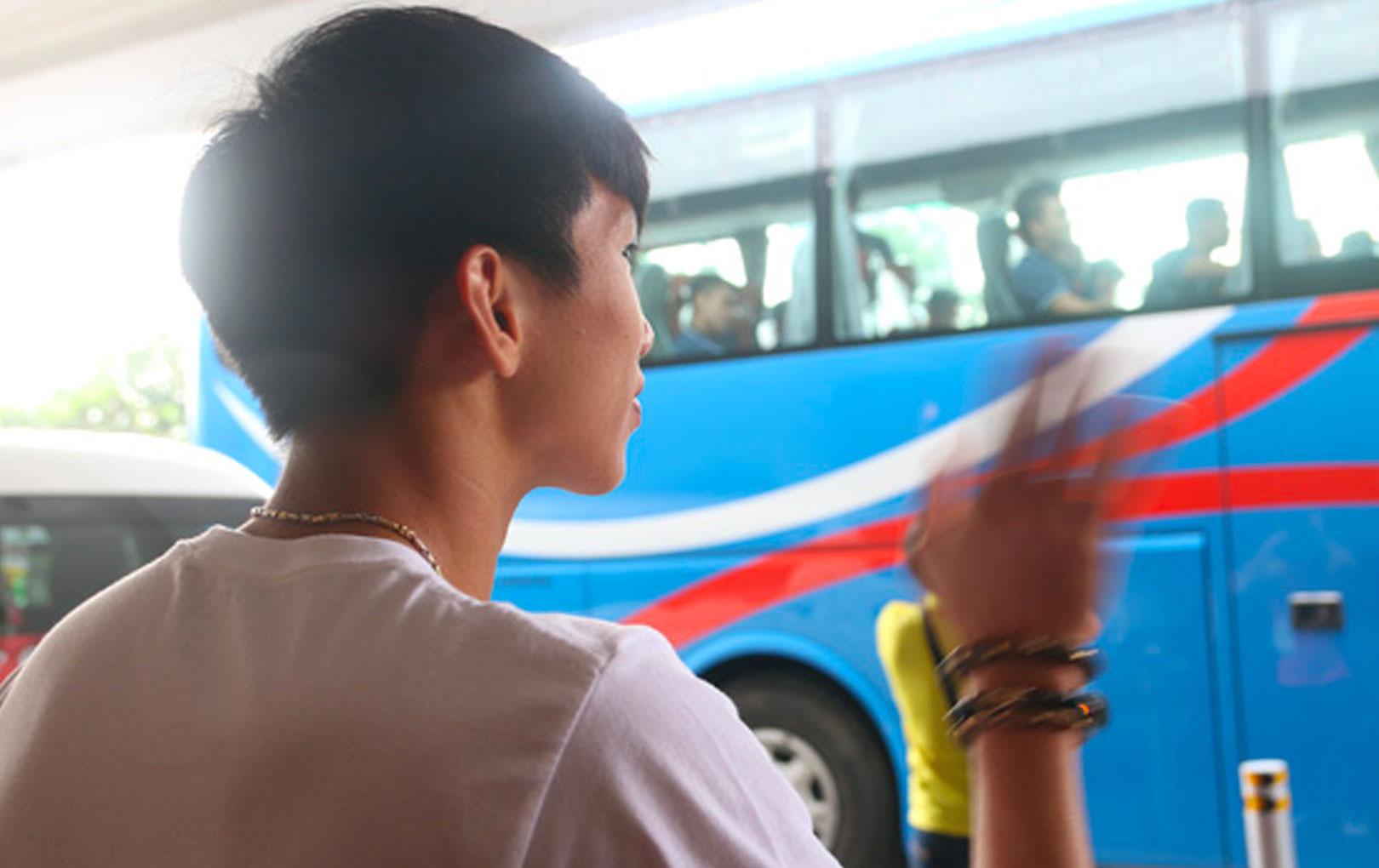 Rơi nước mắt trước cảnh Văn Hậu tiễn đồng đội về nước, ở lại Philippines một mình