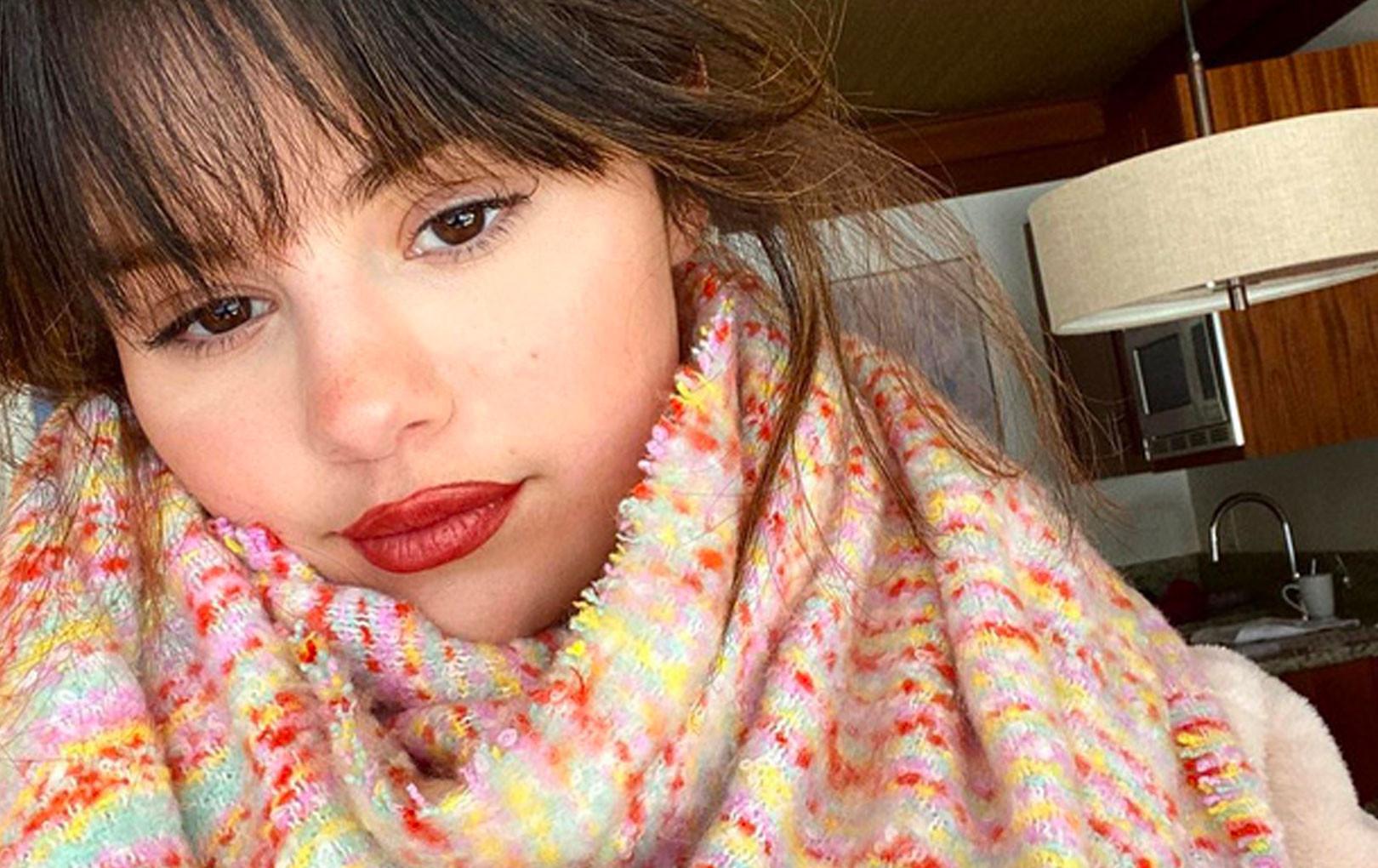 Đẳng cấp như Selena Gomez chỉ ăn vận giản dị chẳng cần make up cầu kỳ vẫn đẹp đến nao lòng