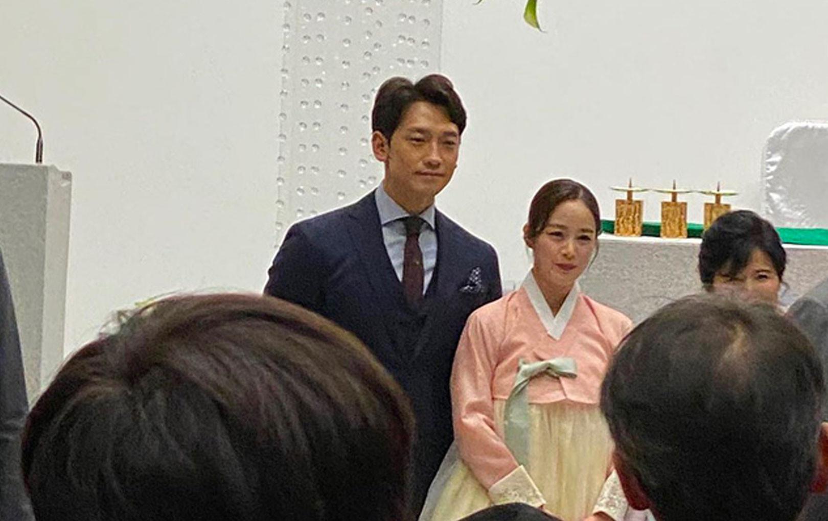 Vợ chồng Bi Rain và Kim Tae Hee sánh đôi bên nhau cực tình cảm tại đám cưới em trai
