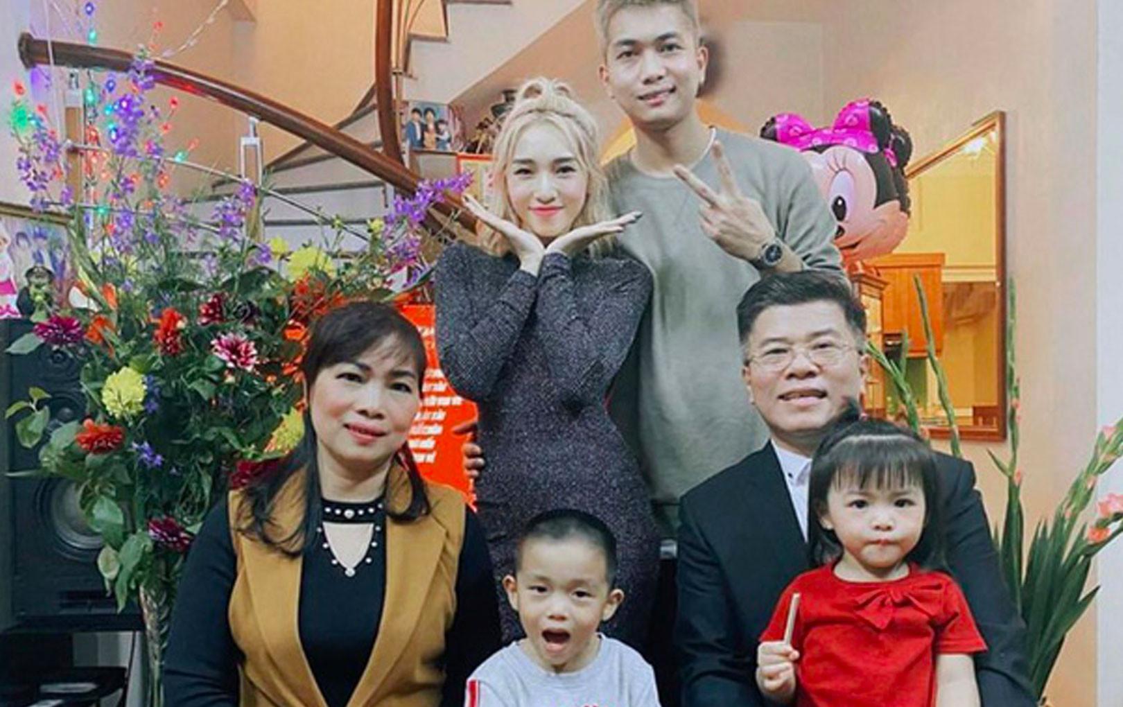Loạt khoảnh khắc đáng nhớ của Sơn Tùng, gia đình Emily - Big Daddy và dàn sao Vbiz trong thời khắc giao thừa Tết 2020