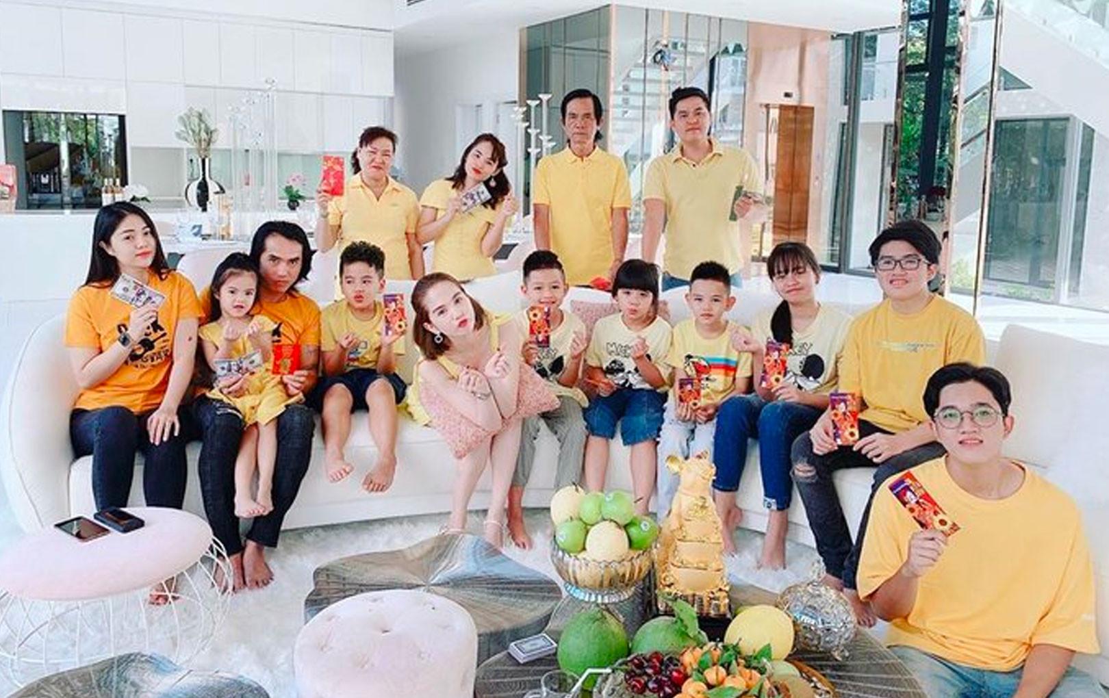 """Mùng 1 Tết Canh Tý: Đông Nhi - Ông Cao Thắng """"lót bao"""" chờ khách, gia đình Ngọc Trinh đồng bộ vàng rực"""