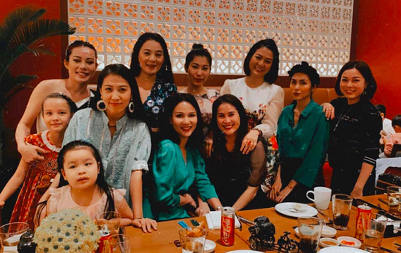 Hội bạn thân Hà Tăng tụ họp đầu năm mới mừng sinh nhật con gái Thân Thúy Hà: Toàn mẹ 2 con vẫn đẹp đỉnh cao!
