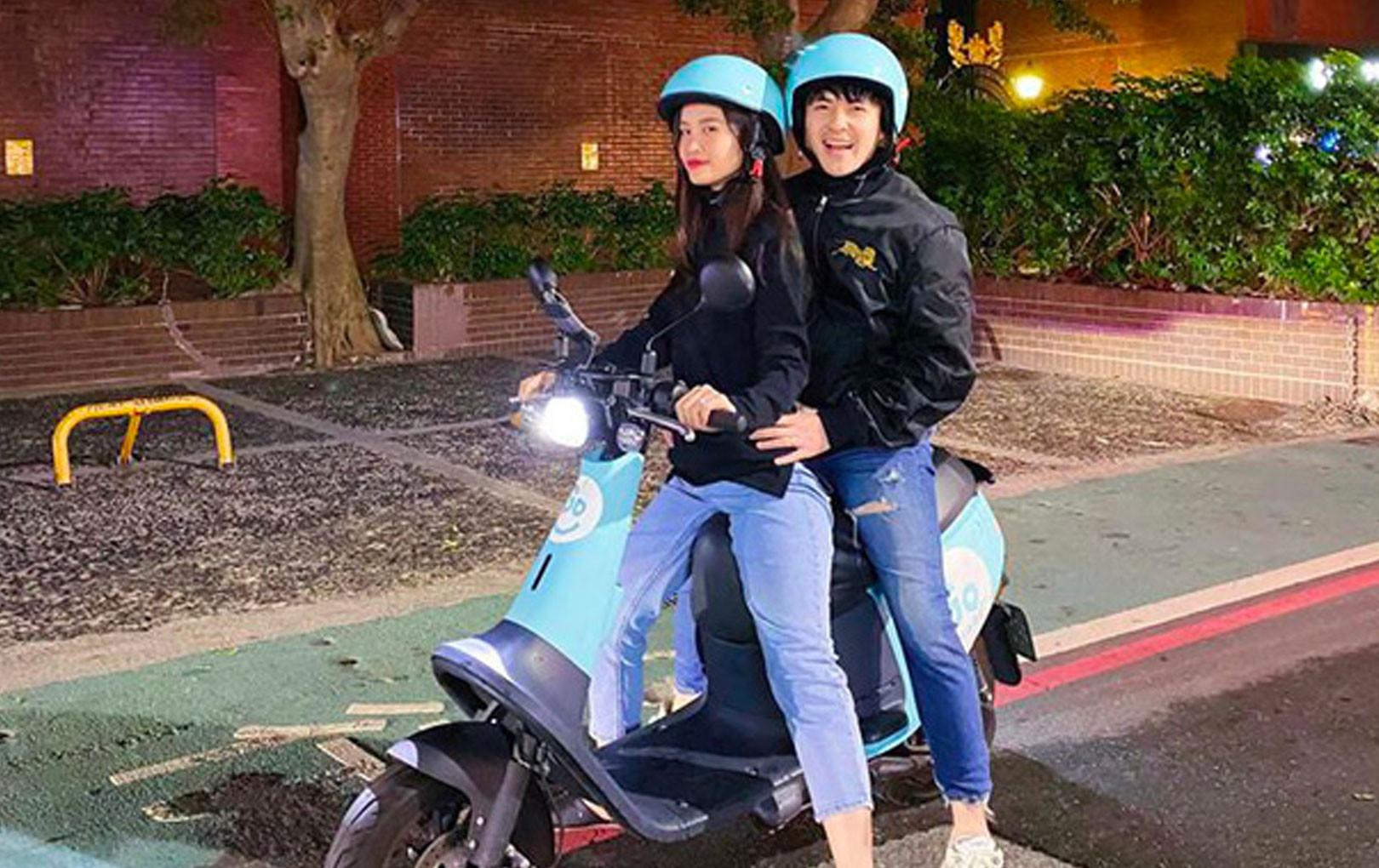 Vợ chồng Đông Nhi - Ông Cao Thắng khoe ảnh nhí nhố lái xe máy du xuân ở nước ngoài