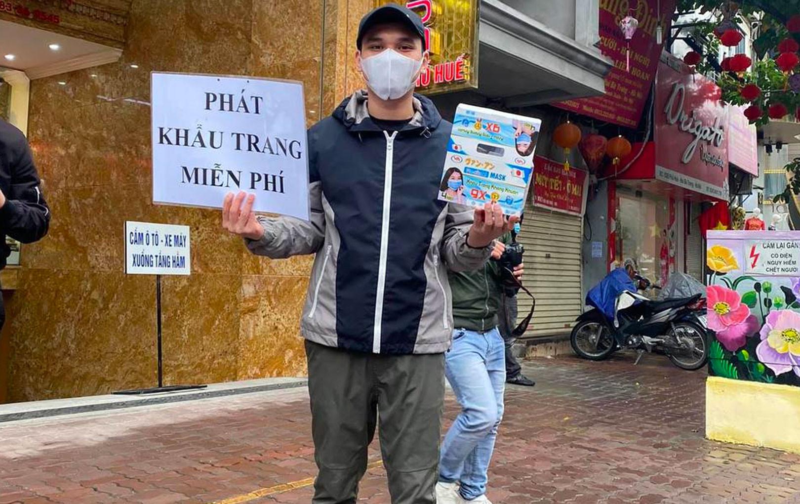 Khắc Việt chịu rét, đội mưa phát 20000 khẩu trang miễn phí ở Hà Nội