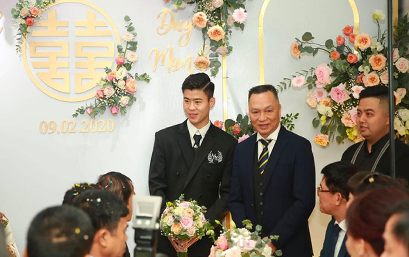 Đám cưới Duy Mạnh - Quỳnh Anh: Chú rể bẽn lẽn chờ làm lễ xin rước dâu, cô dâu mặc váy cưới lộng lẫy xuất hiện