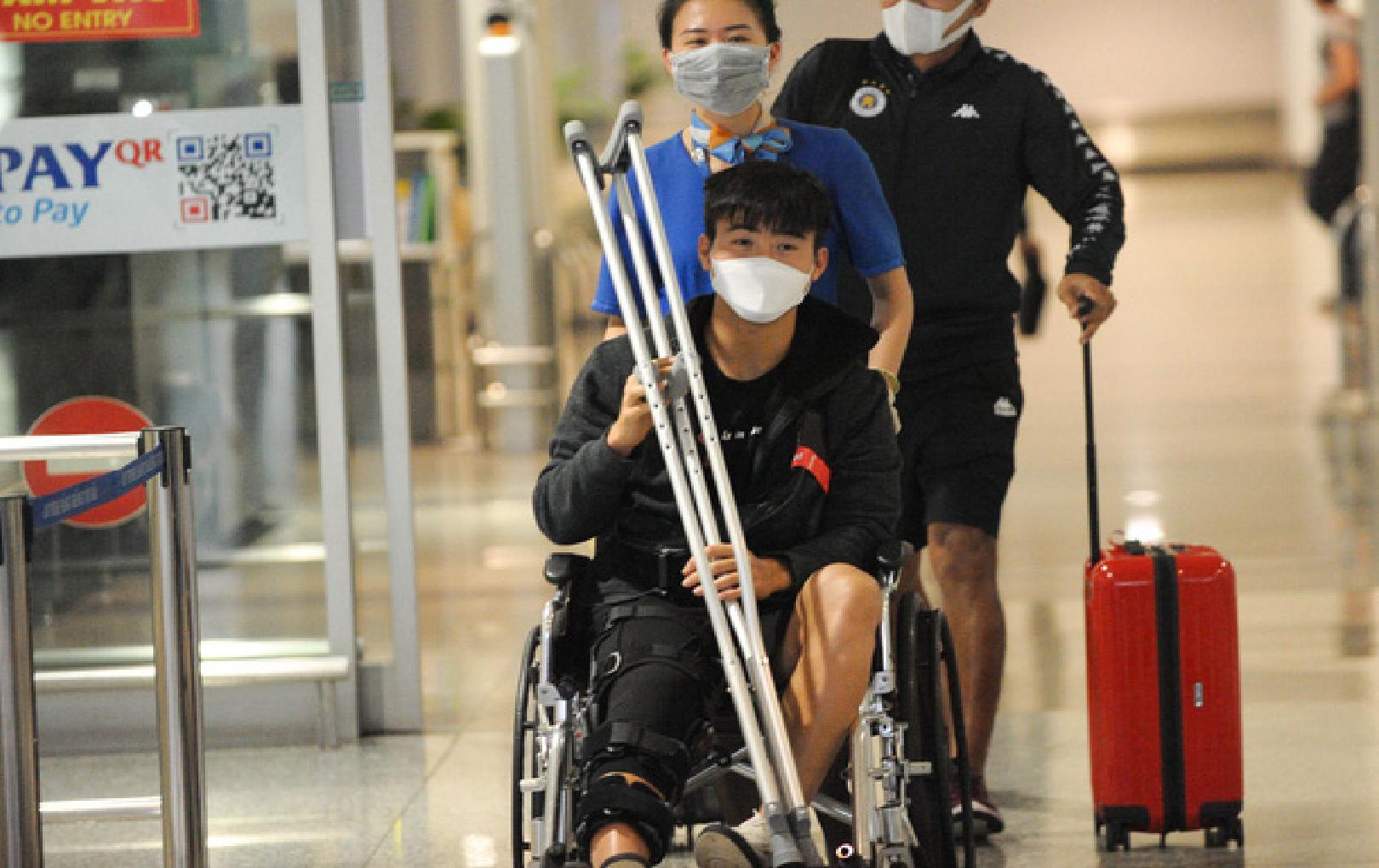 Duy Mạnh trở về Việt Nam sau ca phẫu thuật thành công