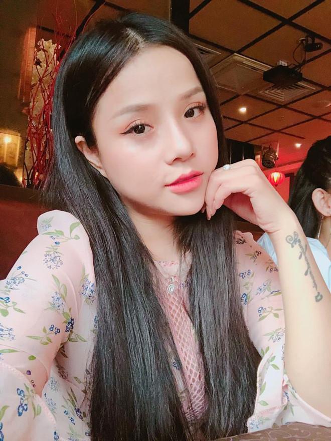 Bạn gái cũ của thủ môn Đặng Văn Lâm vừa lái xe vừa hát Dù sai em vẫn yêu anh