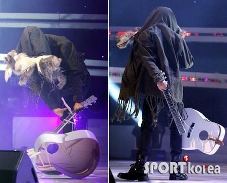 3 màn phá đạo cụ ngầu nhất Kpop: Riêng G-Dragon dám đập nát cây đàn trị giá cả chục triệu