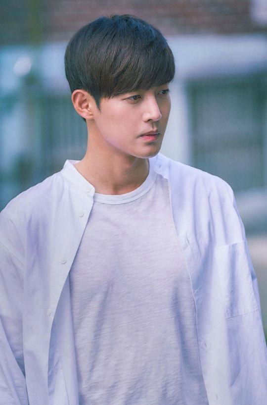 Tung tạo hình phim mới, Kim Hyun Joong khiến fan ngẩn ngơ vì gợi nhớ tiền bối Jihoo năm nào