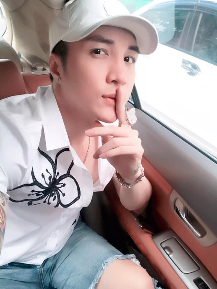 Ông vua YouTube Lâm Chấn Khang khoe được vợ lái xe đưa đi diễn, chăm sóc như em bé