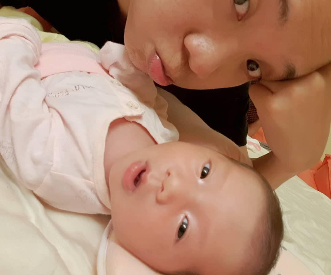 Mới chào đời, con gái JustaTee đã sở hữu thần thái lầy mặn mà không kém gì ba mẹ
