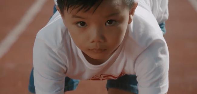 Hương Tràm mặc giản dị, rưng rưng nước mắt khi hát cho trẻ bị bệnh tim