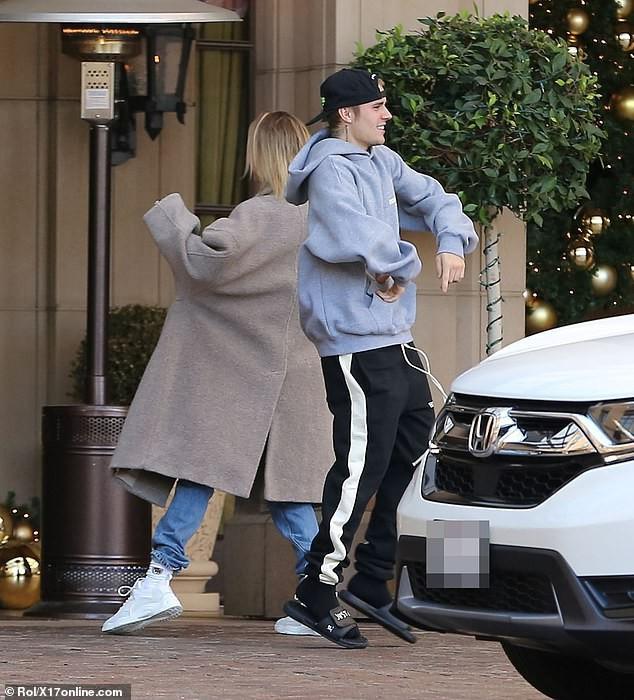Sau trận cãi vã vì Selena, Justin Bieber và vợ lại nhí nhố nhảy múa rồi hôn nhau hạnh phúc trên phố