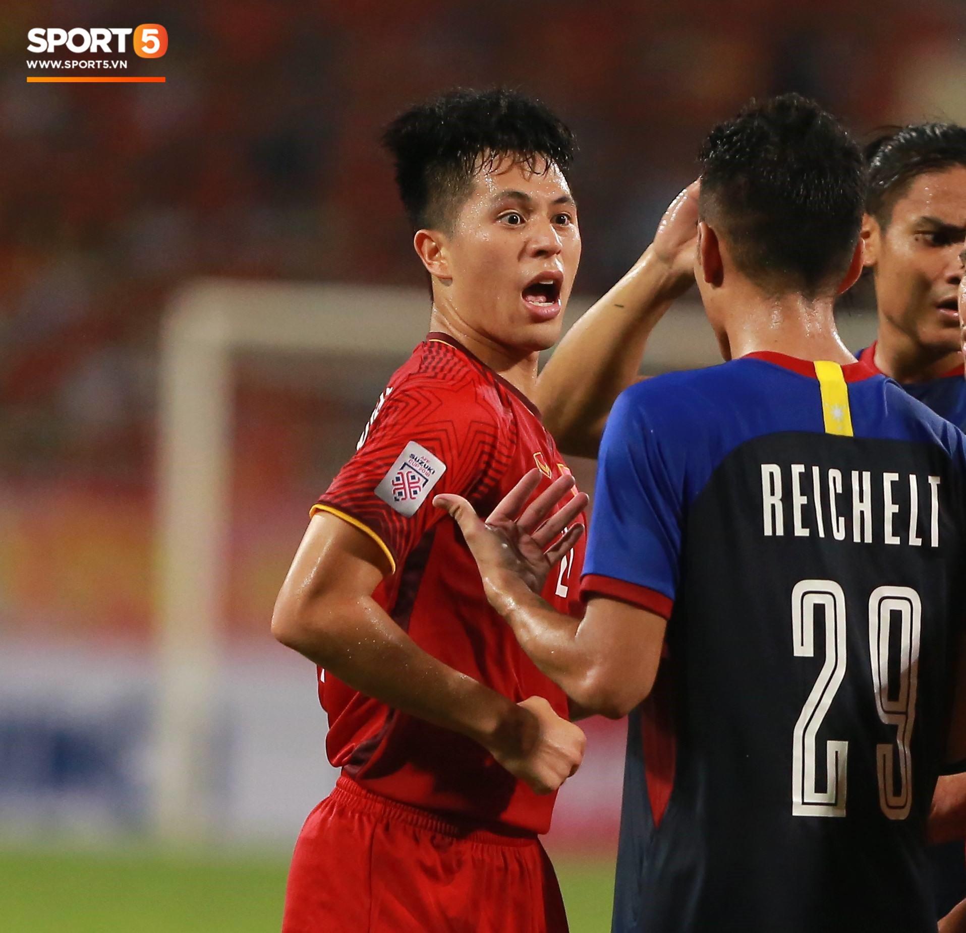 Trọng gắt chỉ thẳng mặt cầu thủ Philippines chơi xấu, bảo vệ em út Văn Hậu