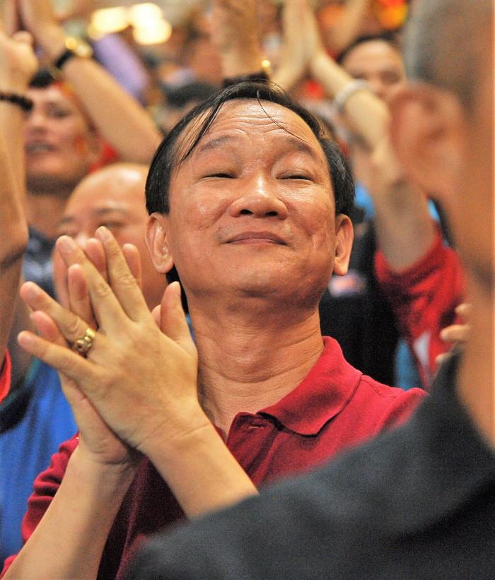 Bạn gái Quang Hải ăn mừng cực sung khi người yêu ghi bàn vào lưới Philippines