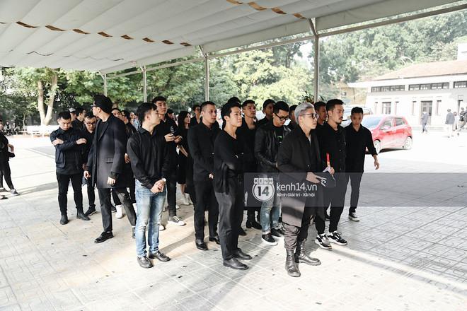 Tóc Tiên xuất hiện lặng lẽ trong đám tang của mẹ Hoàng Touliver, lo toan tang lễ như người thân trong gia đình