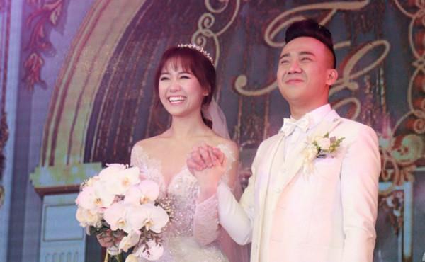 Tiến Đạt kết hôn, vợ chồng Trấn Thành-Hari Won vui vẻ đi ăn cùng gia đình hai bên