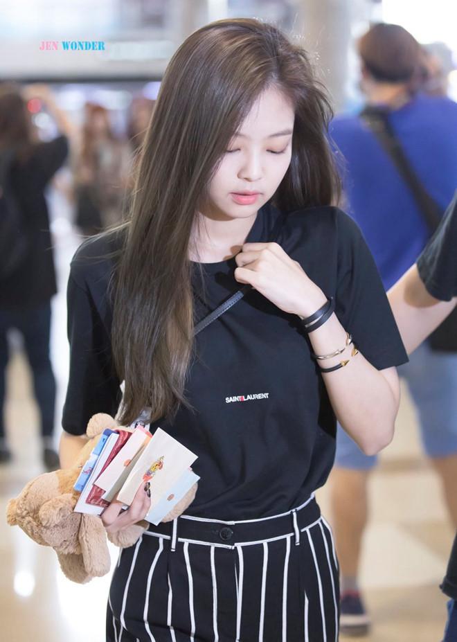 Sở hữu gu ăn mặc chất từ sân khấu đến đời thường, Jennie quả là nàng công chúa thời trang của YG