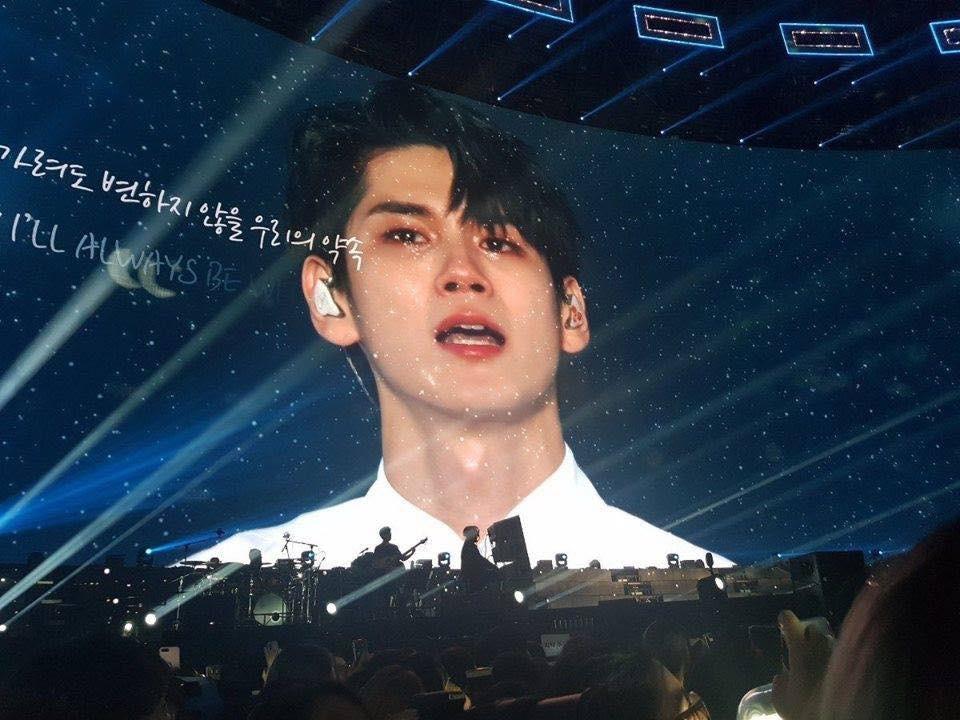Wanna One khóc như mưa trong concert cuối cùng: Chia tay nhé, rồi ngày vui ta gặp nhau