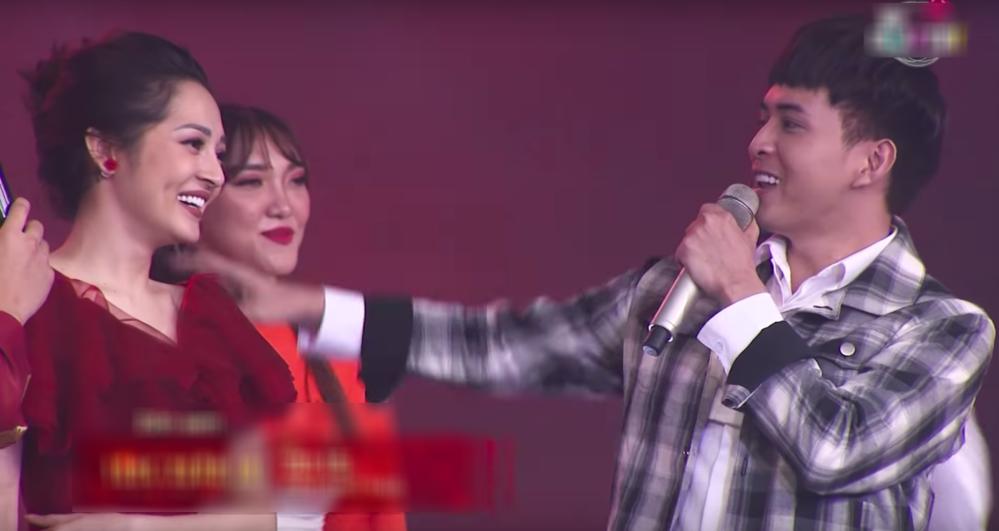 Phản ứng bất ngờ của Bảo Anh-Hồ Quang Hiếu khi tái hợp trên sân khấu