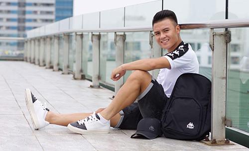 Quang Hải vui vẻ về quê ăn tết, fan lại chú ý đến chiếc ví nghìn đô của anh