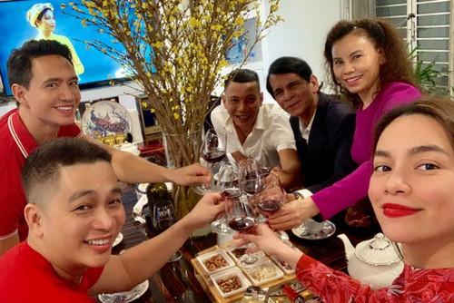 Hà Hồ đón năm mới cùng Kim Lý, Mỹ Tâm rạng rỡ bên đại gia đình