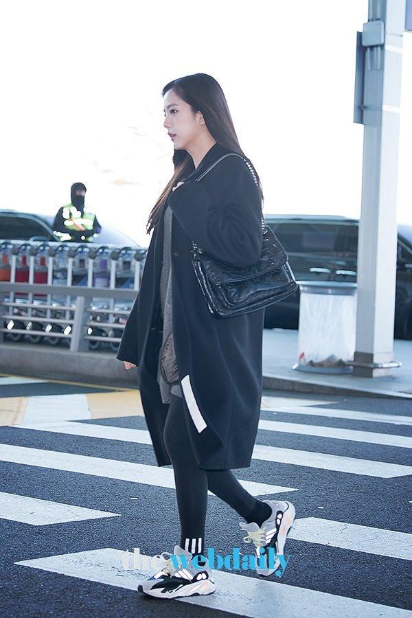 BLACKPINK lại biến sân bay thành sàn diễn và spotlight thuộc về nhân vật này