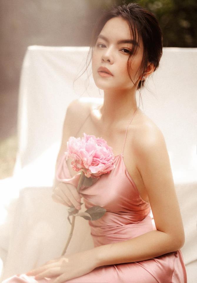 Ngẩn ngơ trước nhan sắc trong trẻo của đóa hồng Phạm Quỳnh Anh ngày đầu xuân