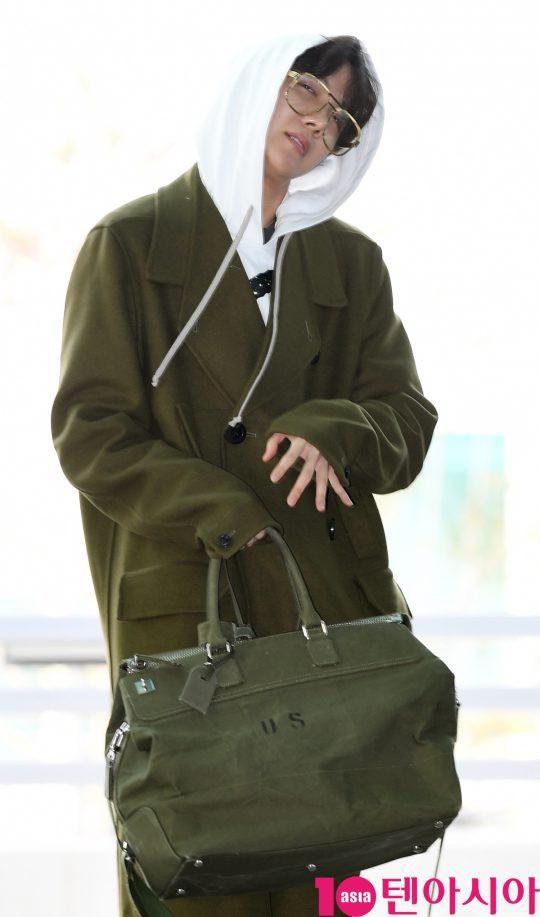BTS ra sân bay sang Mỹ dự Grammy với style lạ, V và Jimin liên tục tình thương mến thương
