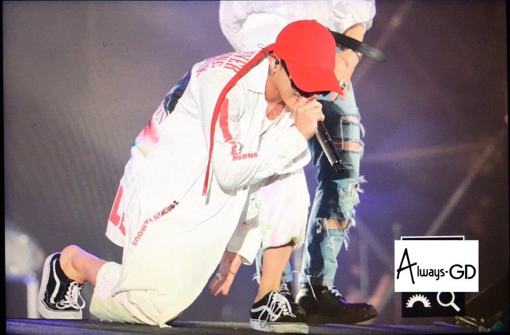 G-Dragon đích thị là ông hoàng tạo trend, từ áo sơ mi quốc dân đến kiểu bắn tim thần thánh