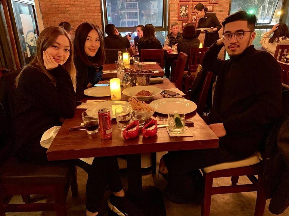 Rộ tin hoàng tử indie Vũ có bạn gái vừa xinh vừa có gia thế khủng, được hẳn mẹ vợ tương lai đăng ảnh đi ăn chung