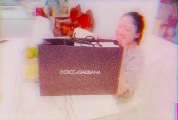 Tâm lý như Hari Won: tự tay mua quà sinh nhật khủng cho em gái Trấn Thành